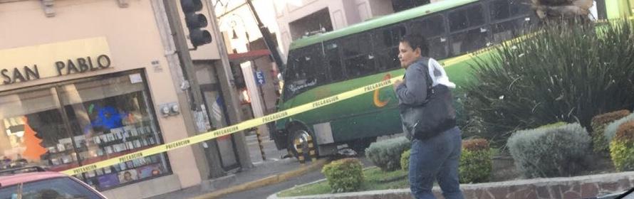 Choque de camión urbano con camioneta deja 3 heridos y caos vial en Ags