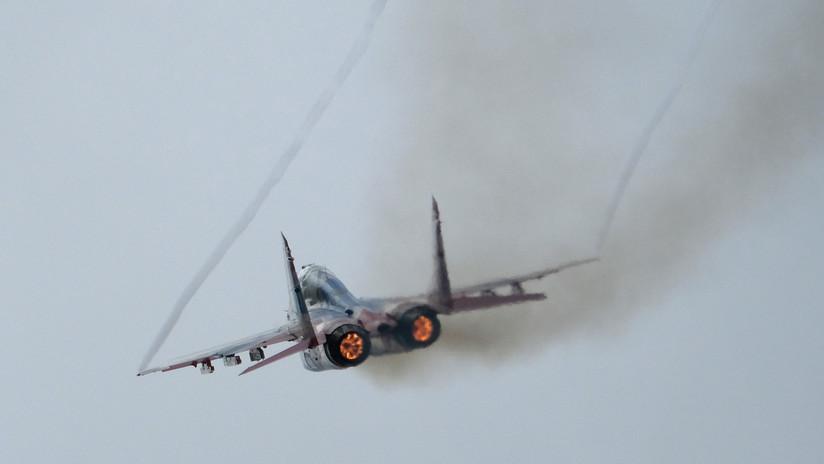VIDEO: Un MiG-29 sirio saluda a sus tropas con un sobrevuelo a pocos metros de sus cabezas