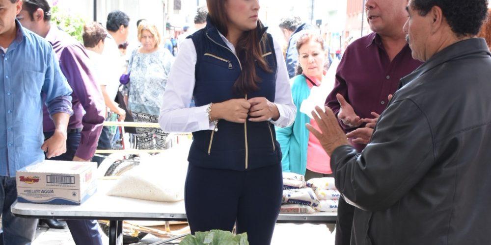 MuniAgs y comerciantes distribuyen 4 toneladas de víveres a damnificados por las lluvias