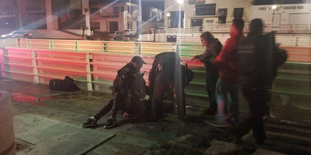 Evita policía que joven se arroje de un puente en Aguascalientes