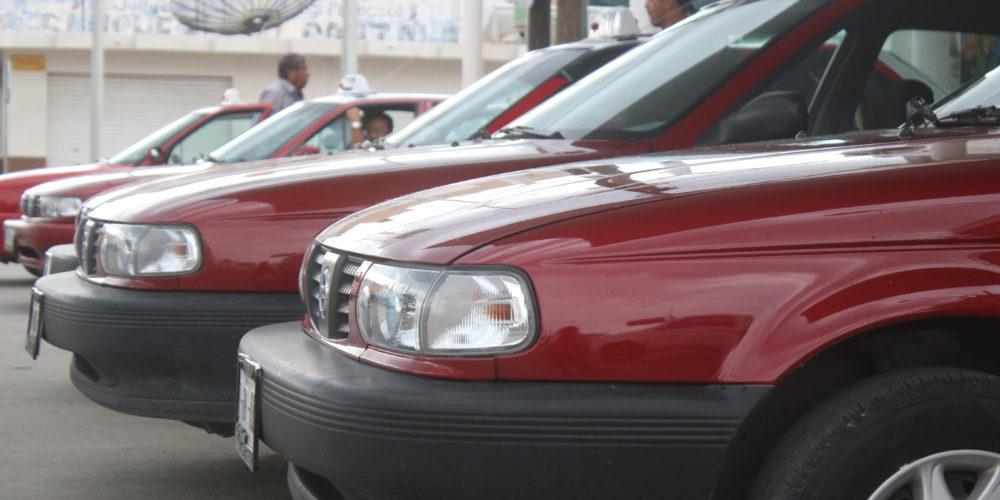 Detienen a adolescente en Aguascalientes por cristalear a un taxi