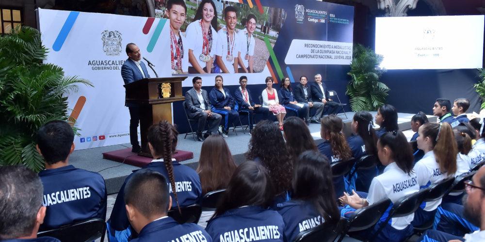 Orozco entregó becas deportivas a medallistas de Aguascalientes