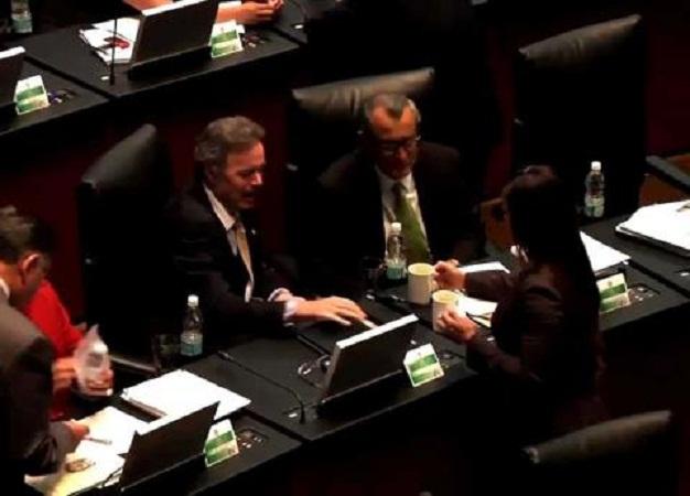 Edecanes ganan millones de pesos por servir café y galletas en el Senado