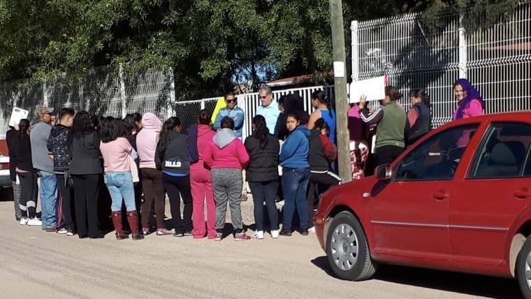 Padres de familia cierran secundaria de Rincón de Romos por transas en mesa directiva