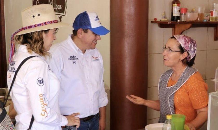 Adán Valdivia realiza campaña de cercanía con habitantes de Calvillo