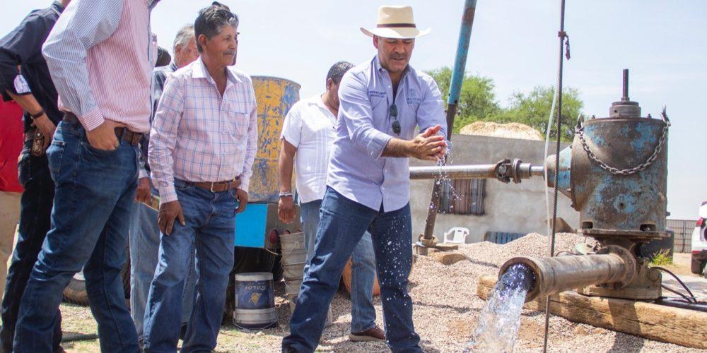 En gira por Cosío, Martín Orozco entrega pozo de agua