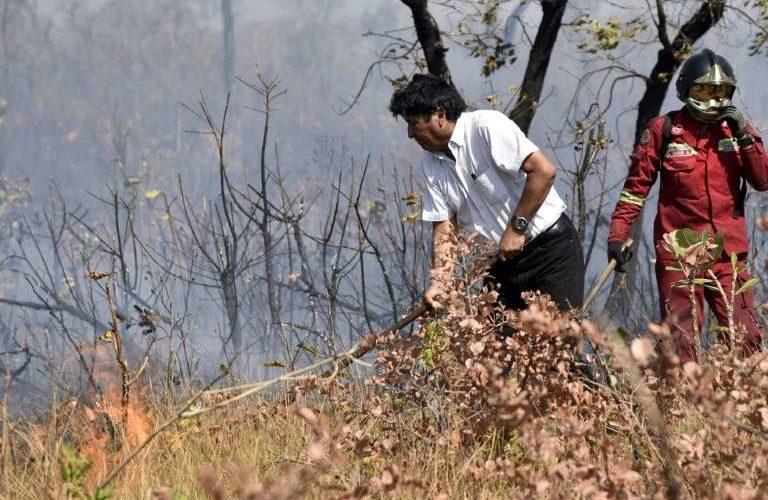 Evo Morales participa en lucha contra incendios en Bolivia