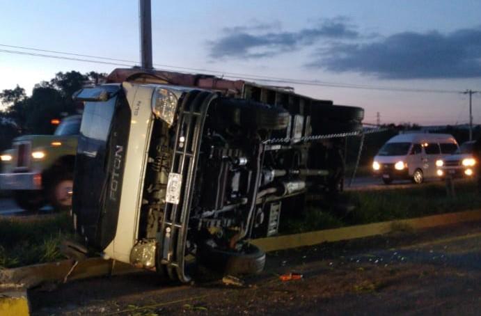 Vuelca camión en carretera 45 norte en Aguascalientes