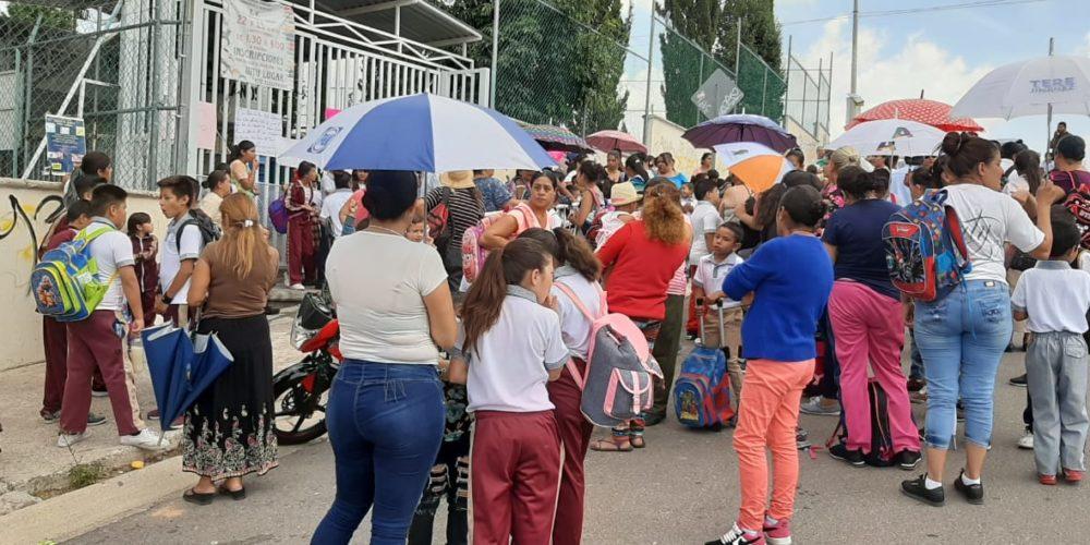 Alumnos y padres de familia rechazan cierre de primaria en Aguascalientes