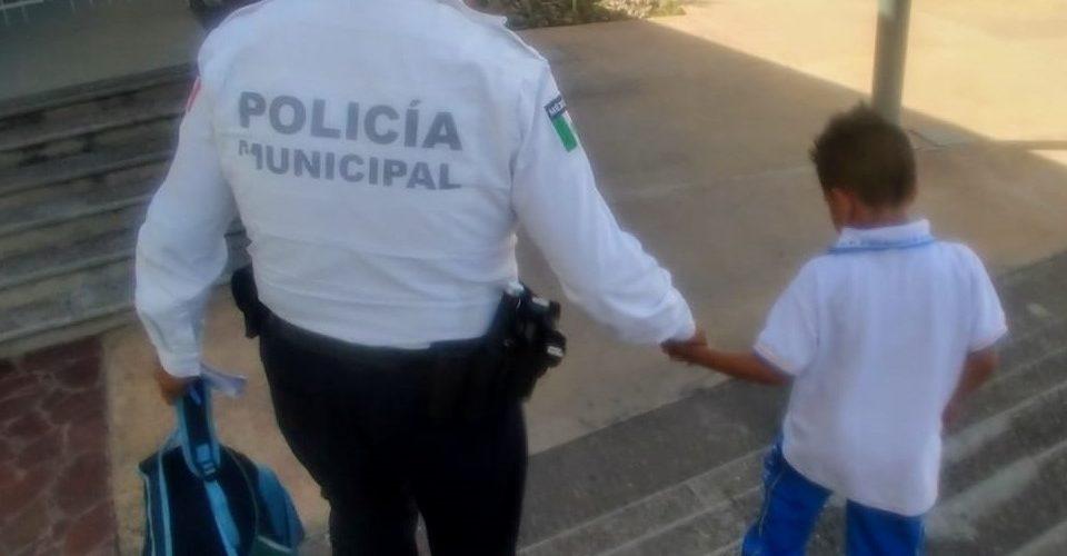 Padre olvida a su hijo en la escuela, horas después va por él