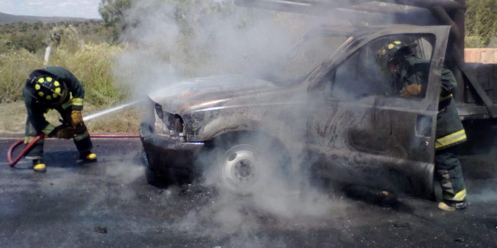 Bomberos sofocan incendio de camioneta en San José de Gracia