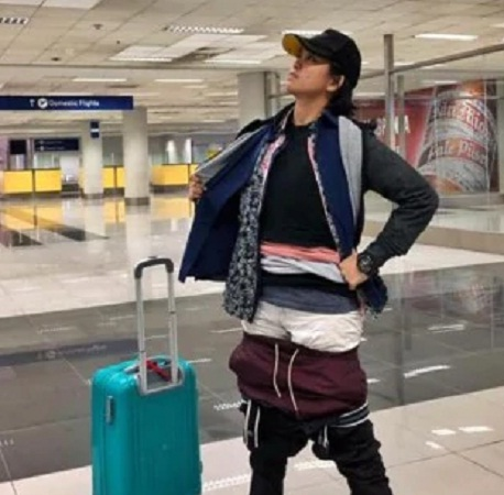 Mujer realiza truco para evitar pagar más por su equipaje durante vuelo