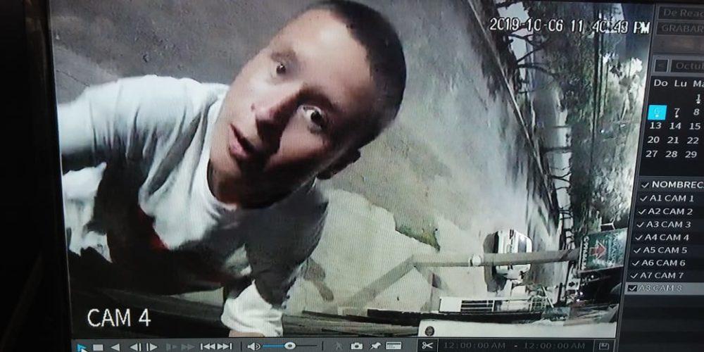 Captan a sujeto robándose una cámara en Aguascalientes