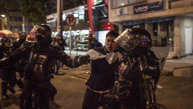 Presidente de Colombia ordena toque de queda en Bogotá