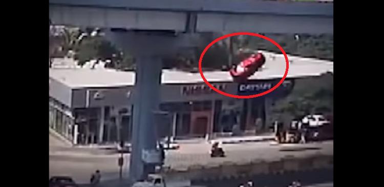 (VIDEO) Vehículo cae de un puente, muere una mujer y lesiona a 6 en India