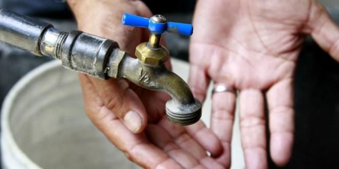 Vecinos de Lomas del Ajedrez no tienen agua desde el viernes