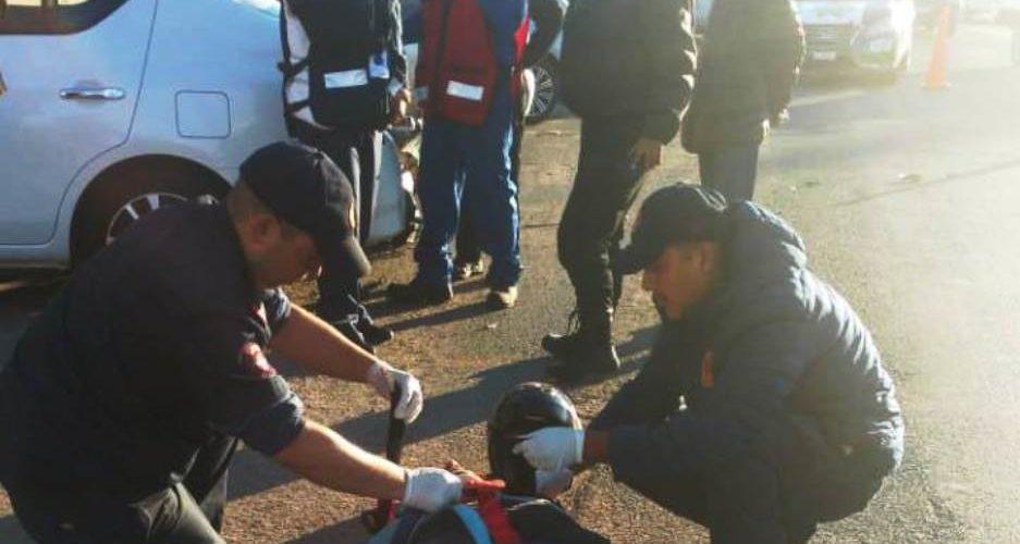 Motociclista resulta lesionado tras impactarse contra un vehículo