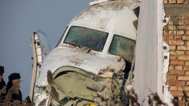 Hubo 12 muertos al estrellarse avión de 98 pasajeros en Kazajistán