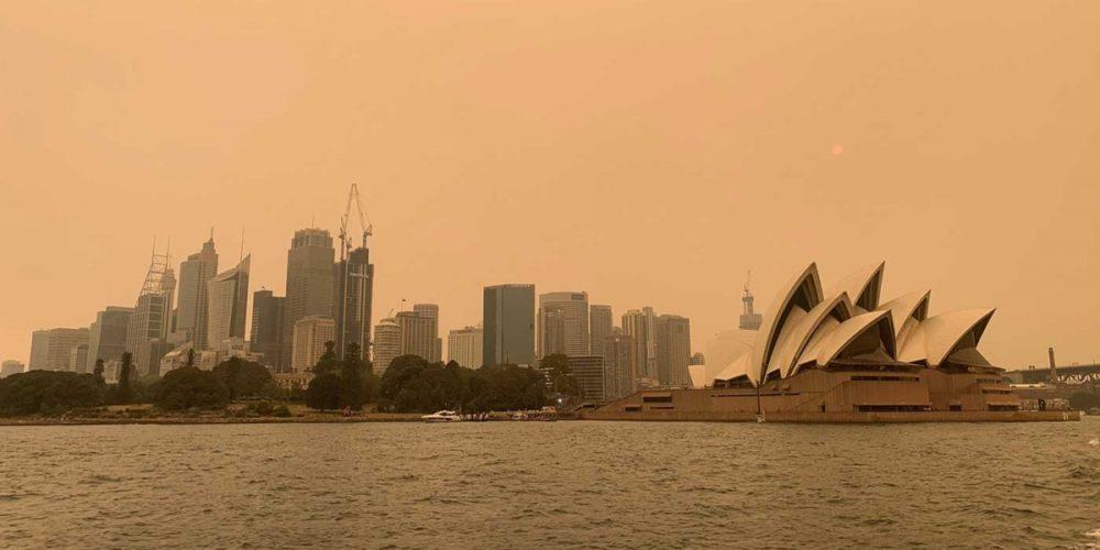 Más de 100 incendios afectan el este de Australia, pobladores huyen