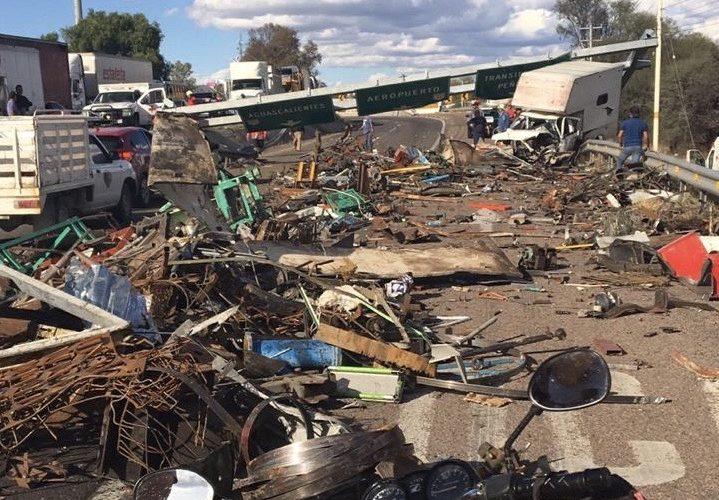 Vuelca trailer y bloquea carretera federal de Aguascalientes