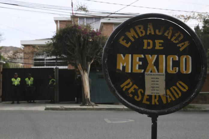 Una señalización muestra la embajada mexicana en Bolivia, donde policías montan guardia en La Paz el jueves 26 de diciembre de 2019. (AP Foto/Luis Gandarillas)