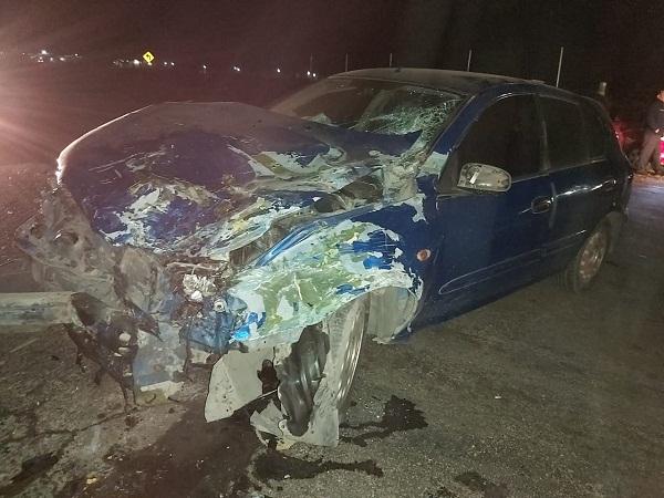 Aparatoso accidente entre un camión de transporte de personal y un automóvil en Aguascalientes