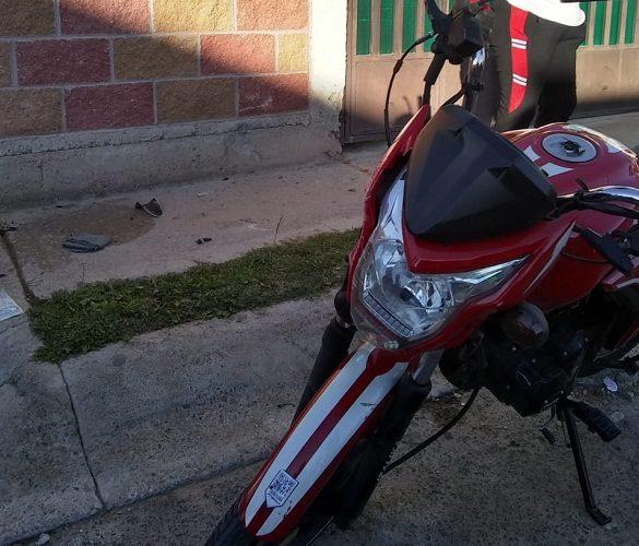Motociclista perdió el control y chocó contra una casa en SFR