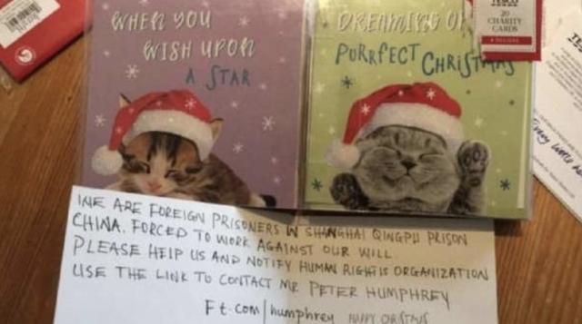 Niña abre una tarjeta navideña donde venía un mensaje de presos chinos pidiendo auxilio