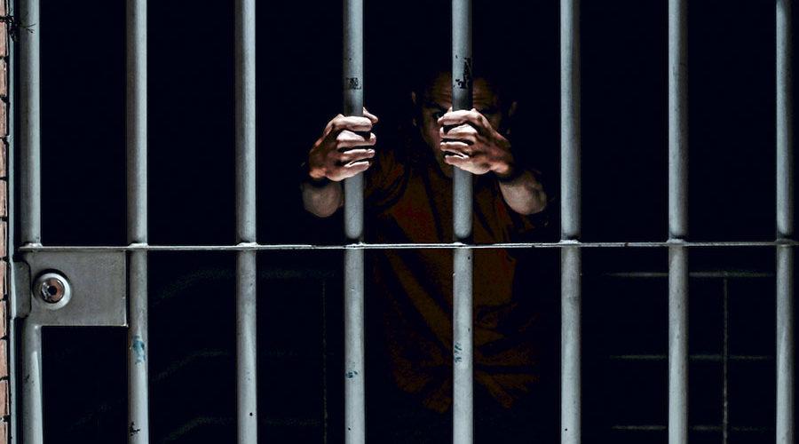 Encarcelan a oficial que mantenía romance con un recluso. Ella se tatuó el número de la celda.