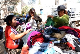 "Entregan ropa recolectada en campaña ""De Corazón a Corazón"" del DIF municipal"