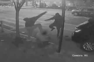 (VIDEO) Hombres atacan a abuelito en Nueva York; le roban un dólar
