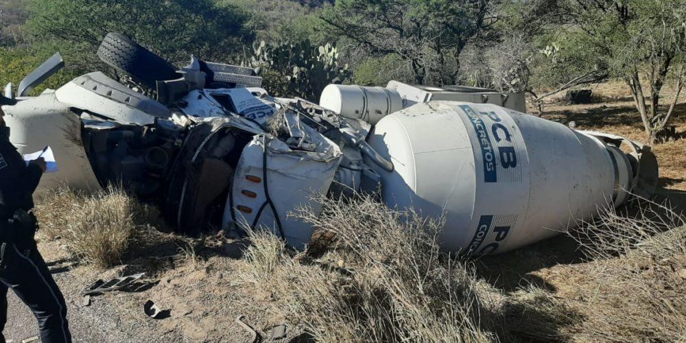 1 herido deja volcadura de camión revolvedor en Calvillo, Aguascalientes