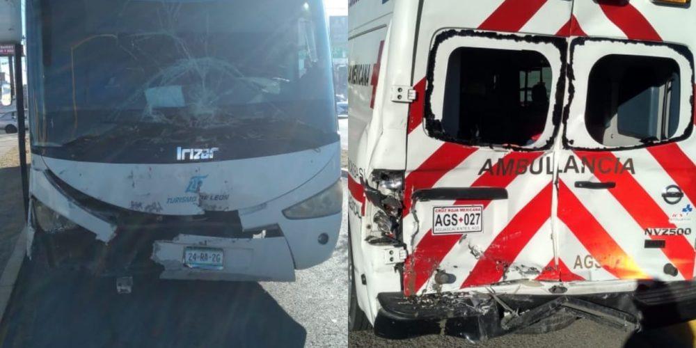 Choca autobús de pasajeros con ambulancia en Aguascalientes