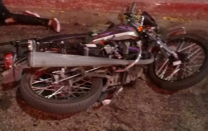 Motociclista y acompañante agonizan tras chocar contra una patrulla en López Mateos