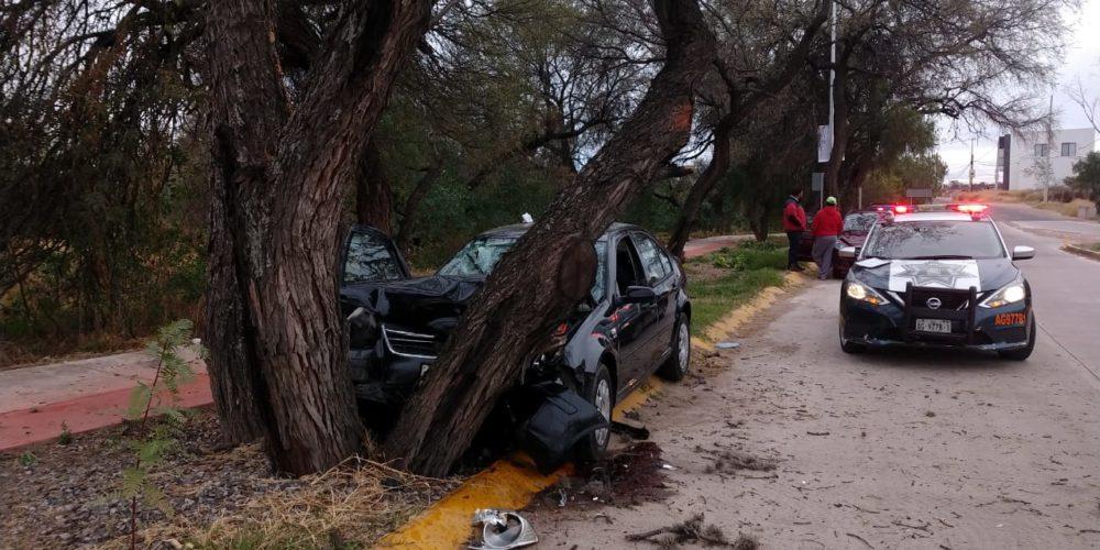 Una pareja resultó herida tras chocar contra un árbol a un costado de Loretta