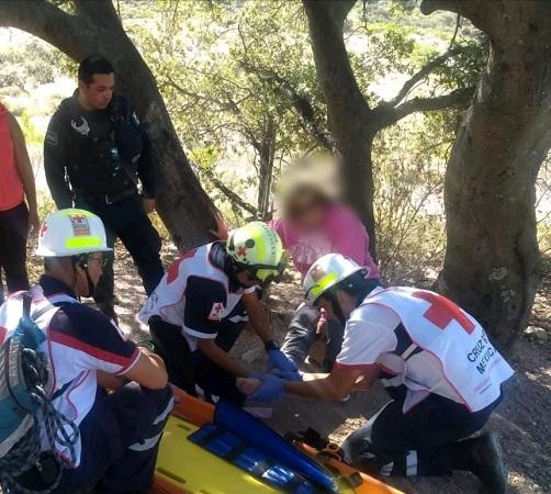 Mujer resulta lesionada tras caída en el Cerro del Picacho