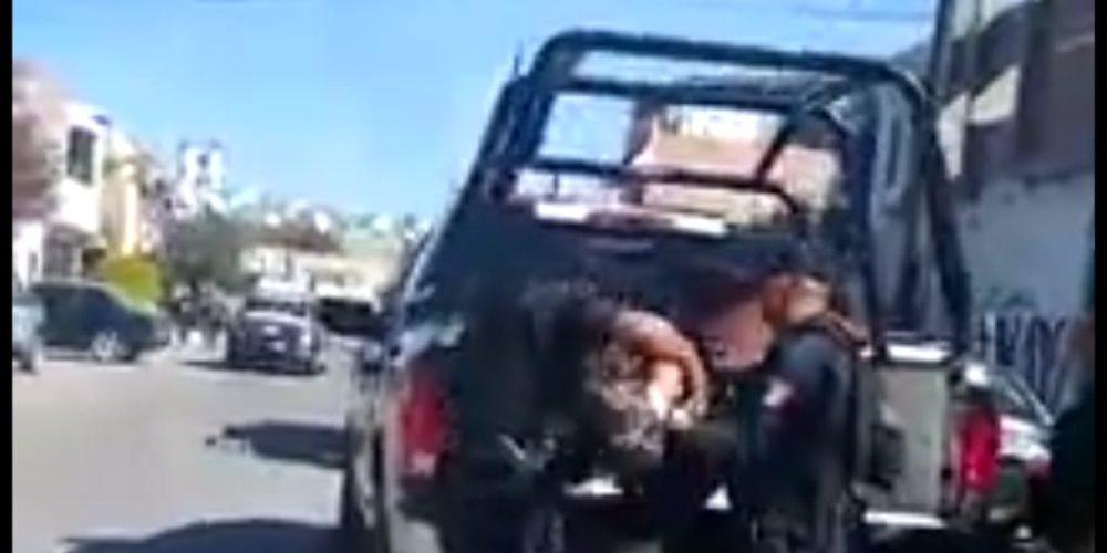 Acusan a policías municipales de arrastrar esposado a un detenido