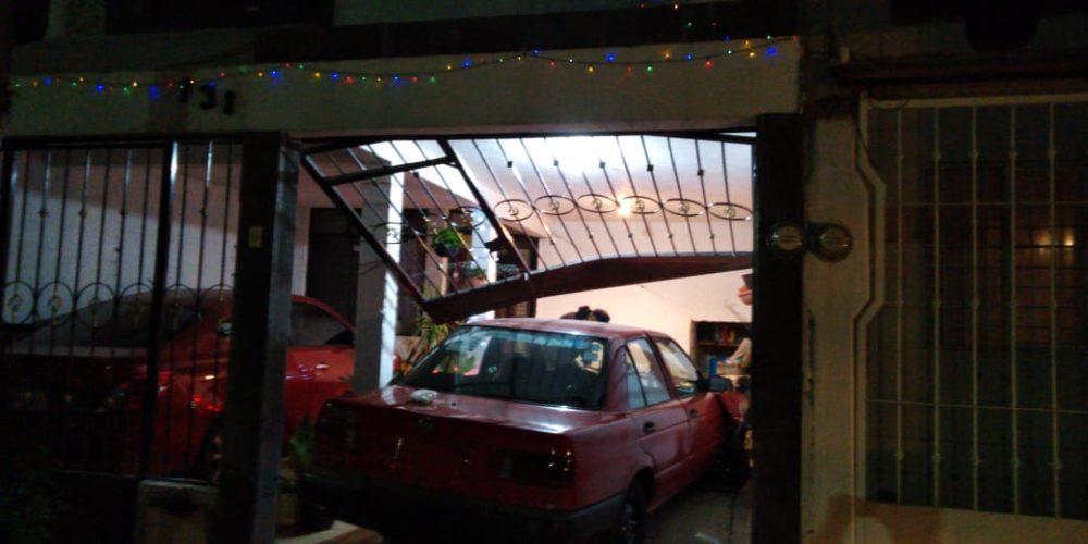 Ebrio conductor choca contra barandal de casa ajena en Aguascalientes