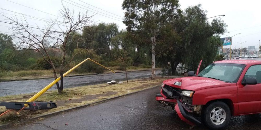 Sujeto se estrella contra poste en Aguascalientes