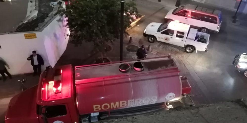 Bomberos sofocan incendio en edificio de la zona centro