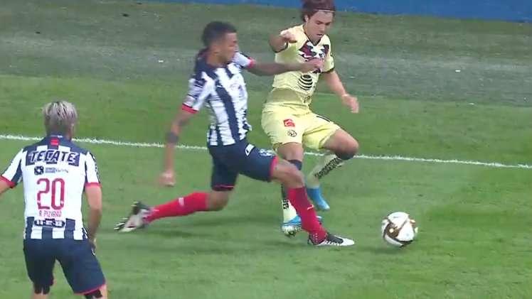 Sebastián Córdova se va expulsado por una falta sobre Leonel Vangioni