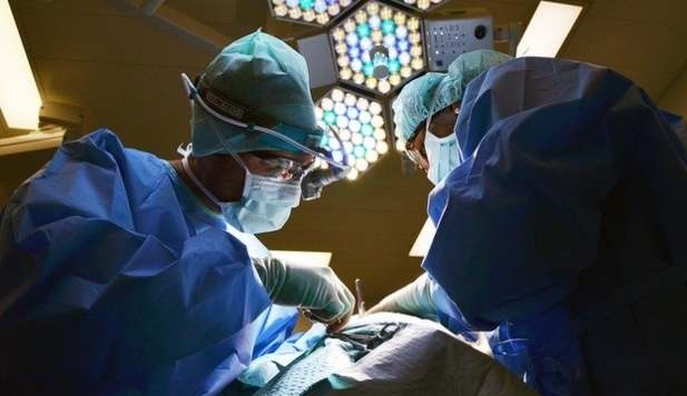 Mujer que estaba siendo operada arde en llamas por accidente de los doctores
