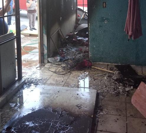 Bomberos rescatan a niños de casa en llamas en Aguascalientes