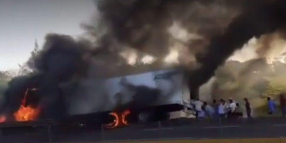 (Video)Tráiler se incendia en Veracruz y lo rapiñan