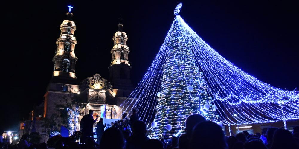 Encienden iluminación navideña en el centro de la ciudad