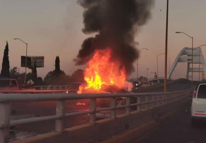Tras chocar, vehículo queda en llamas sobre el puente Bicentenario