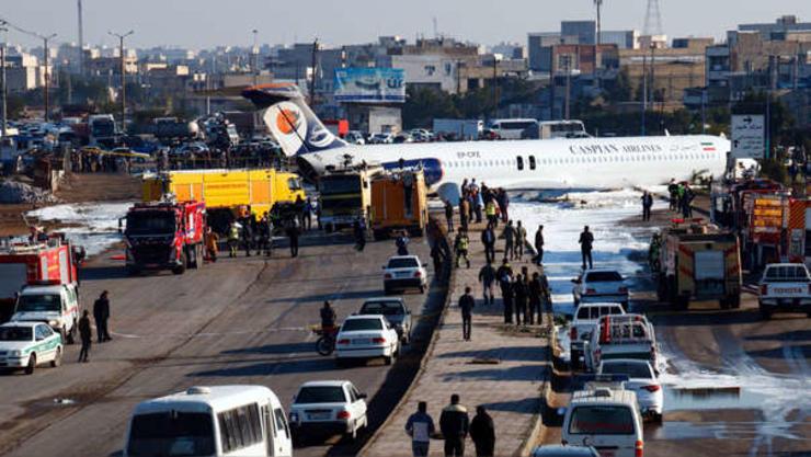 Avión aterriza de emergencia en calles de Irán