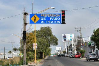 Instalan semáforo peatonal en Segundo Anillo Poniente