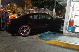 Se metió con todo y carro a una taquería en Aguascalientes