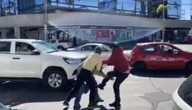Incidente vial acaba a golpes a un costado de la Fiscalía de Aguascalientes